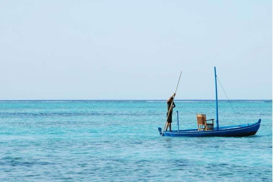 Barco alejándose hacia el horizonte