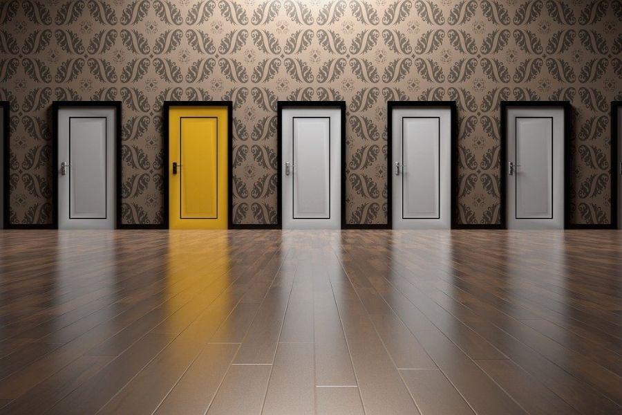 Puerta amarilla entre puertas blancas